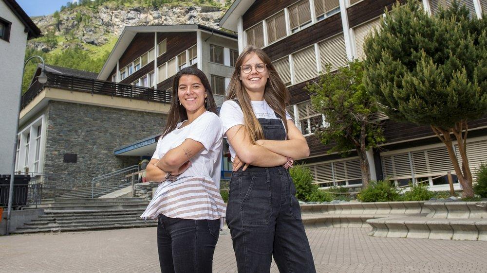 Quelques jours avant la fin de l'année scolaire, Gaëlle Sinnaeve et Mathilde Fournier posaient devant l'école de Zermatt où elles ont enseigné pendant un an.