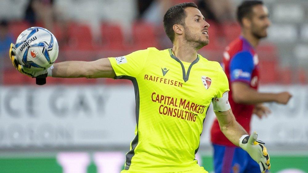 Kevin Fickentscher relance le ballon lors du match contre le FC Bâle gagné au stade de Tourbillon.