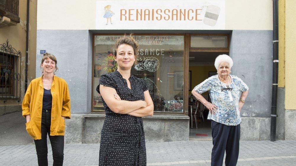 Hélène Bessero, Julia Taramarcaz et sa grand-mère Andrée Bircher-Roduit devant le no 50 de la rue de l'Eglise à Fully.