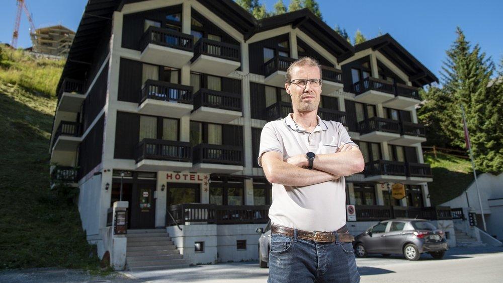 Gérant de l'hôtel Cristal à Grimentz, Olivier Mösching a perdu 50 nuitées et craint d'en perdre 80 de plus.