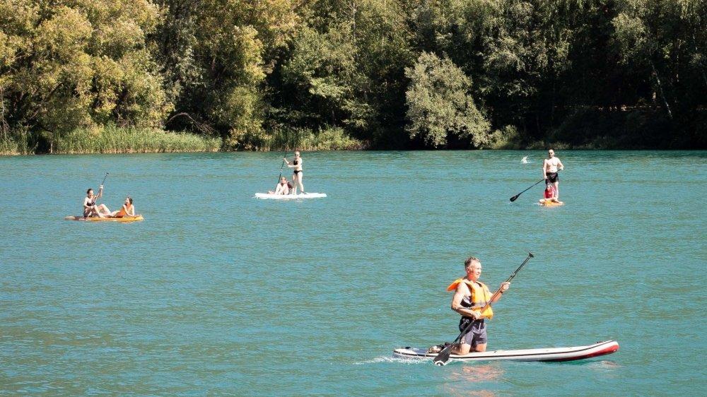 Les plan d'eau du canton sont pris d'assaut par les amateurs de stand up paddle.