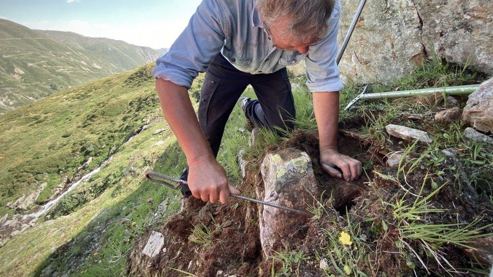 Rolf Gruber lit la roche en surface mais semble aussi deviner ses courbures et ses failles sous la terre. C'est là, dans les interstices, que les cristaux se cachent.