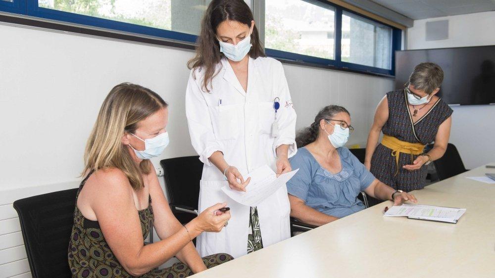 Les infirmières valaisannes sont formées à tracer de futurs cas de Covid-19 à l'institut central de l'Hôpital du Valais. Ici Rachel Parmentier, infirmière responsable de la ligue pulmonaire, Delphine Berthod, cheffe de clinique au service des maladies infectieuses, Marie-Nicole Barmaz, infirmière, et Sandra Micheloud, directrice adjointe Promotion santé Valais.