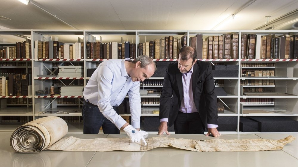 Alain Dubois, archiviste cantonal (à g,), et Stève Lattion, président de Liddes, consultent le fameux document.