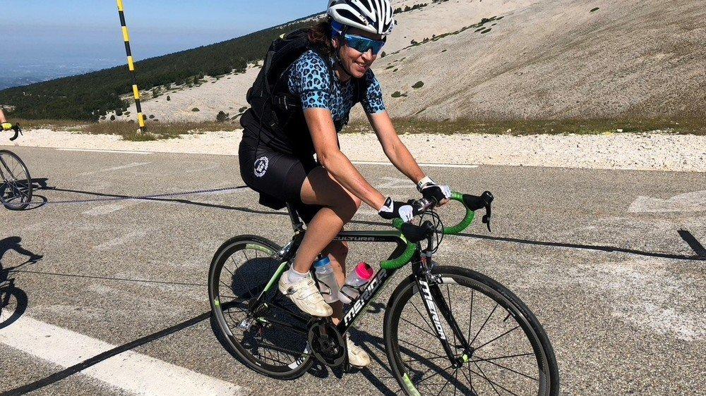 Magali Di Marco tirant son fils dans les six derniers kilomètres de l'ascension du mont Ventoux, en France.