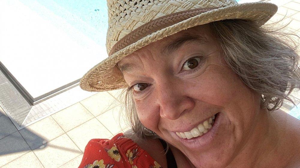 """Stéphanie Mérillat, coprésidente du HC Bienne, collectionne les """"chapeaux de paille impossibles""""."""