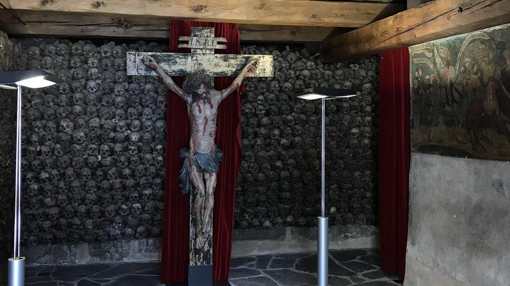 24 000 crânes sont entassés à l'intérieur de l'ossuaire.