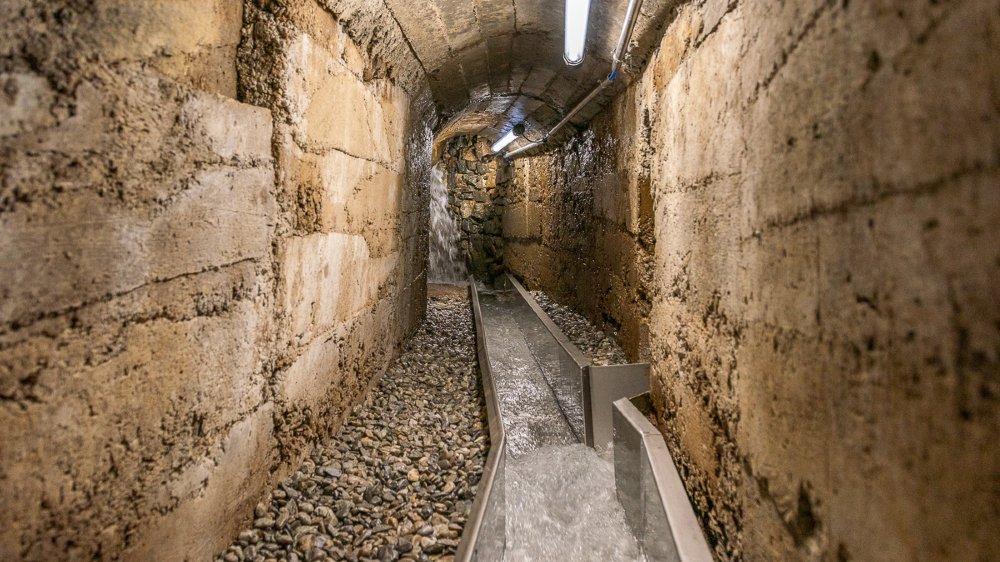 Depuis les hauts du val de Champex en passant par le Marioty, la précieuse eau transite par les sous-sols du Pont-Neuf avant de venir étancher la soif des Octoduriens.