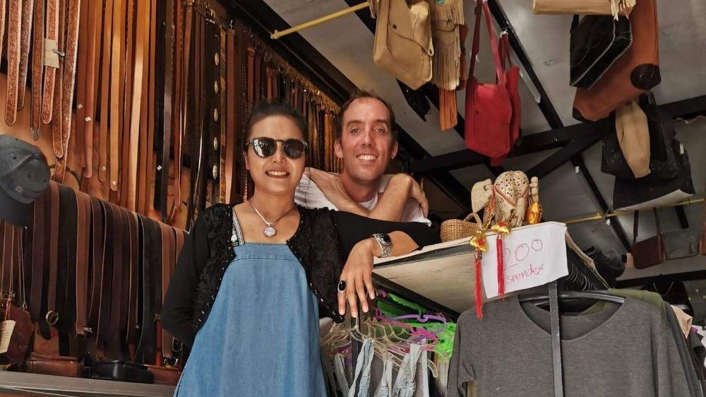"""Florian Urfer et son épouse Tipbenya dans leur """"maison-magasin"""" de Klong Prao, sur l'île thaïlandaise de Koh Chang."""
