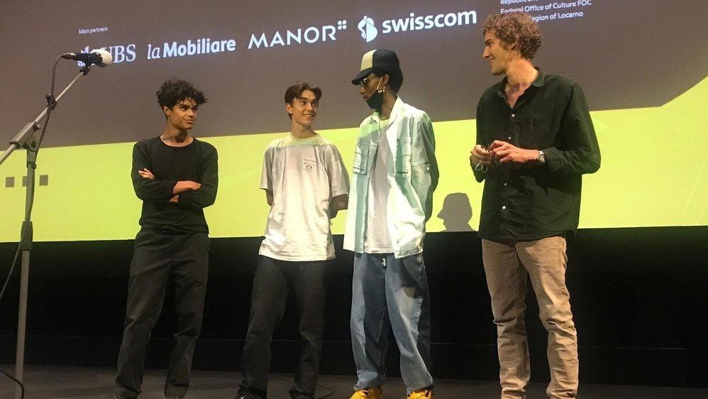 Tristan Aymon (à droite) entouré de quelques acteurs de «Trou noir» lundi au Palacinema de Locarno.