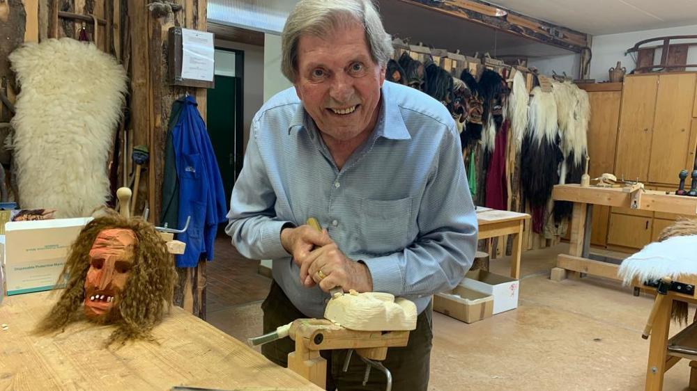 Thomas Werlen fabrique des masques du Lötschental depuis les années 60.