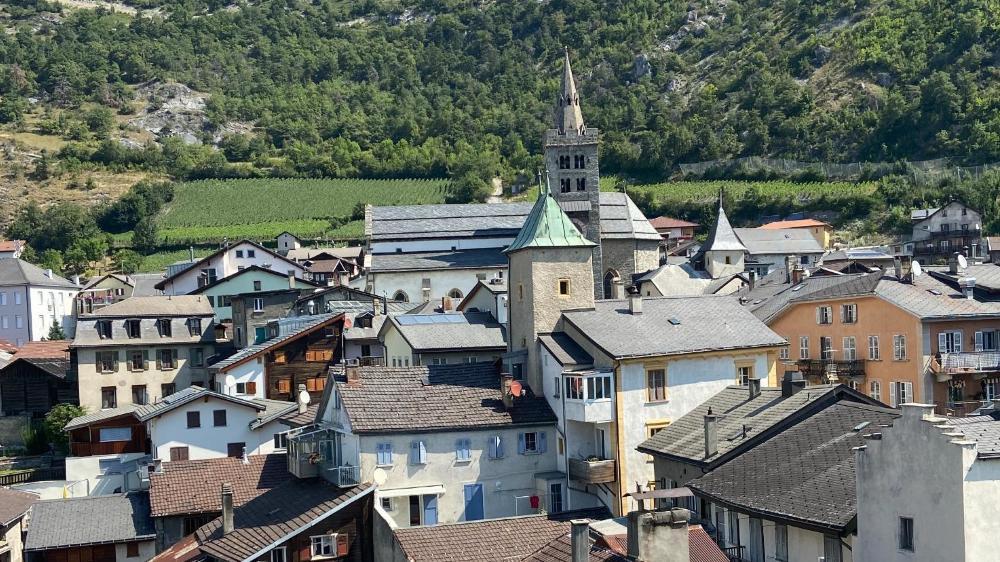 La vue sur le bourg médiéval de Loèche depuis le sommet du château.