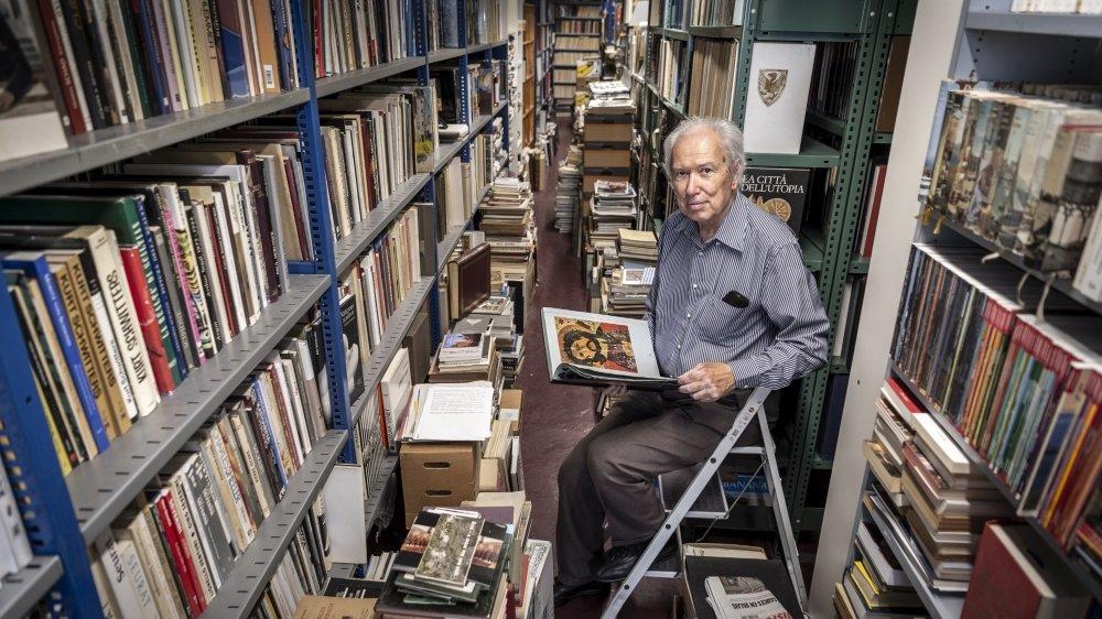 L'historien d'art Bernard Wyder au cœur de sa titanesque collection. Un patrimoine récolté sur une cinquantaine d'années.