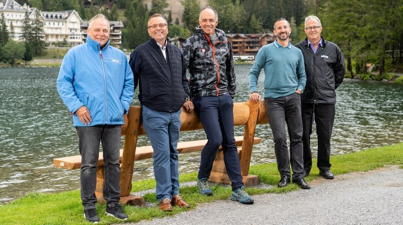 Le Conseil d'Etat au bord du lac de Champex. Esther Waeber-Kalbermatten doit les rejoindre en cours de route.