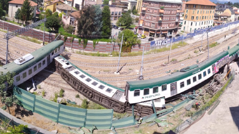 Trois personnes, dont l'unique passager du train, ont été légèrement blessées.