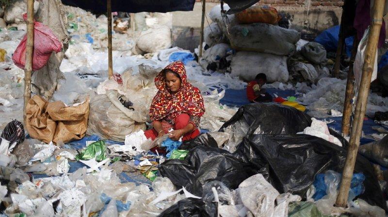 Bangladesh: une marée de plastiques sans précédent envahit une plage