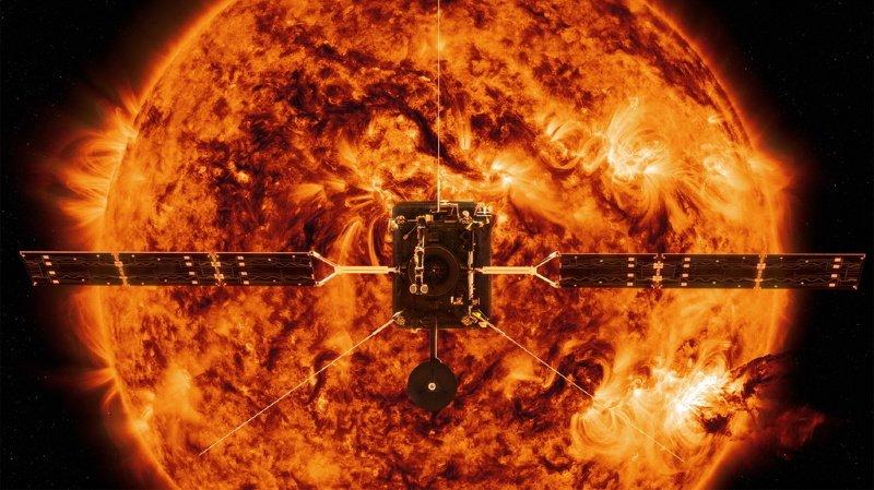 """Cette illustration de la NASA montre la sonde Solar Orbiter devant le Soleil. Les premières images de l'appareil, arrivées aujourd'hui, montrent précisément des """"feux de camp"""", qui sont de petites éruptions solaires."""
