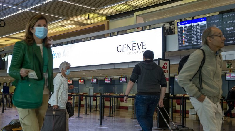 Toute personne qui rentre en Suisse en provenance d'un pays à risque pour le coronavirus est censée s'annoncer auprès des autorités cantonales et se placer en quarantaine.