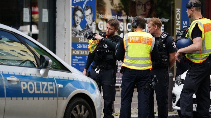 La police recherche un groupe d'hommes.