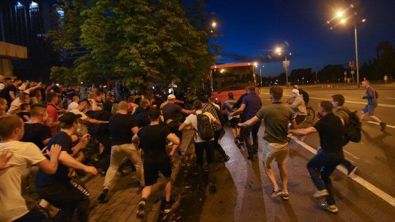 Bélarus: heurts entre manifestants et police après une présidentielle tendue