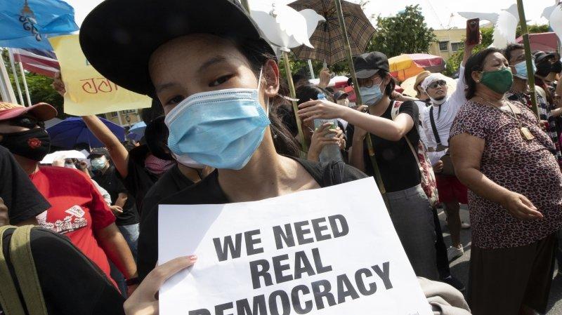 Thaïlande: plus de 10 000 personnes dans les rues pour réclamer des réformes politiques