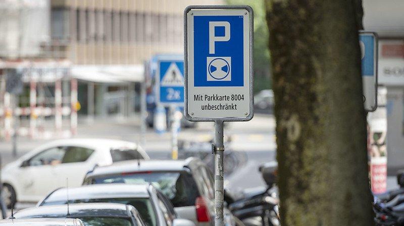 Les habitants qui doivent garer leur véhicule dans la rue doivent débourser des sommes qui varient fortement en fonction de la ville dans laquelle ils résident (image d'illustration).