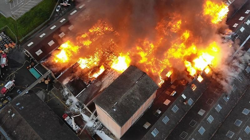Le feu a pris dans un entrepôt peu après 03h00. Il s'est répandu rapidement aux halles voisines.