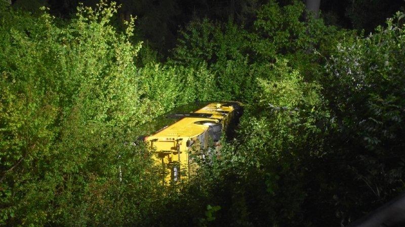 Grisons: un car postal se renverse dans un talus à Sagogn
