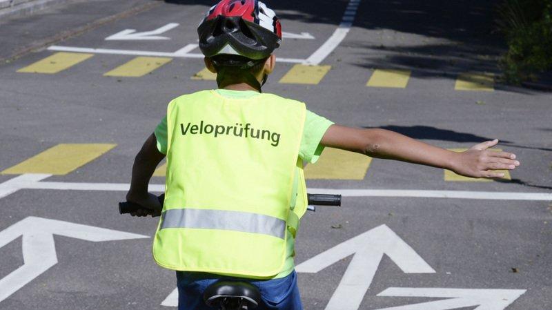 Un trajet à vélo permet aux enfants d'apprendre à se comporter de manière sûre dans la circulation routière, estime le TCS.