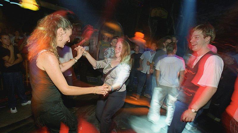 Coronavirus: quatre cantons alémaniques durcissent les mesures, notamment dans les bars et clubs