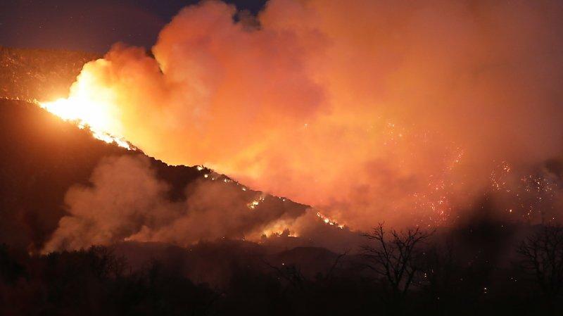 Les pompiers peinent toujours à contenir le feu — Californie