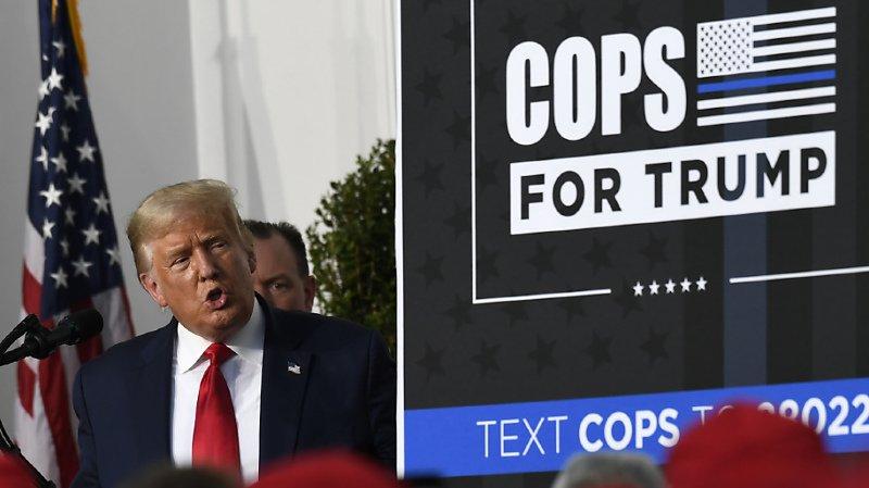 Donald Trump s'est présenté tout sourire vendredi soir devant des membres d'un syndicat de policiers new-yorkais lui ayant apporté son soutien.