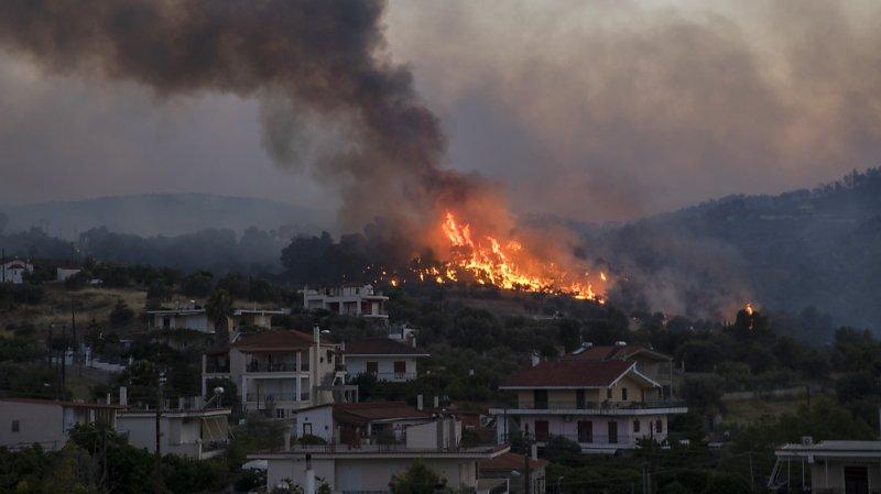 Un incendie de forêt attisé par des vents violents près de Corinthe, dans le sud-ouest de la Grèce, continuait de brûler jeudi pour la seconde journée consécutive.