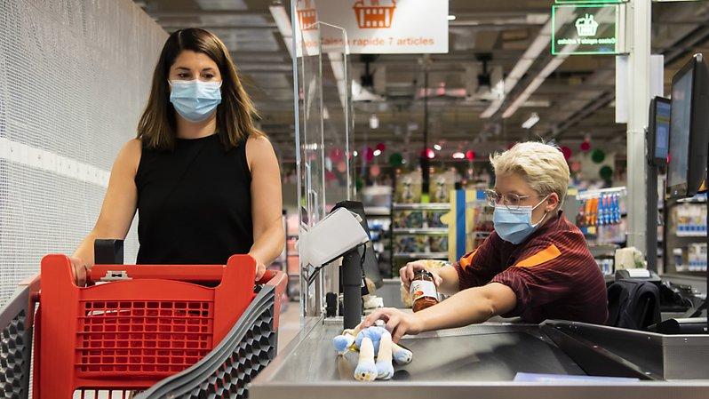Le port du masque sera obligatoire dès mardi dans les commerces genevois, comme ici dans un magasin de Crissier (archives).