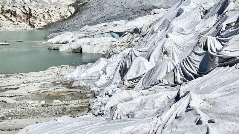 Sous son linceul, le glacier du Rhône pleure sur nos têtes