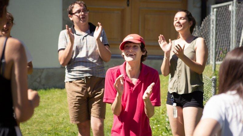 Après des mois de confinement, des jeunes handicapés mentaux savourent leur camp d'été