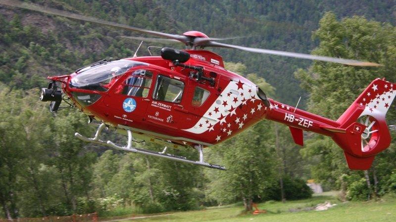 Après avoir été blessée par un trampoline, la victime a dû être acheminée par un hélicoptère de Air Zermatt à l'Hôpital de l'Ile à Berne.