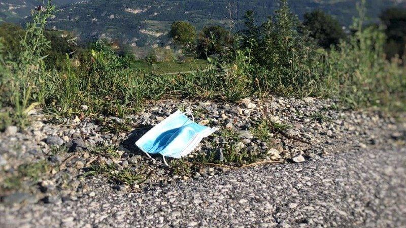 Les masques doivent être jetés dans une poubelle, pas dans la nature.