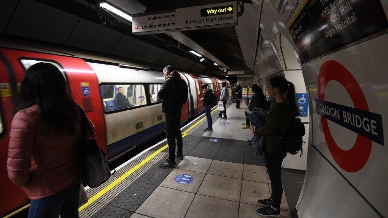 Cette fois, le street-artiste a frappé dans le métro londonien, contre le Covid-19.