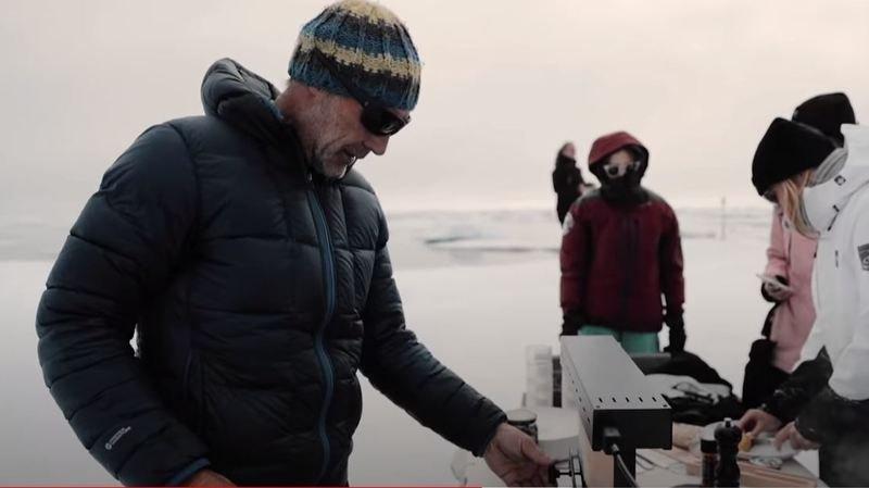 Mike Horn mange une raclette du Valais sur un iceberg