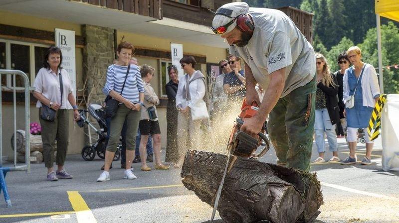 Dolo, sculpteur à la tronçonneuse, s'est taillé un franc succès lors de la Tournée morginoise.