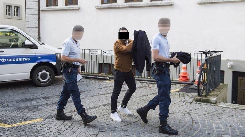 Le condamné (ici au tribunal à Martigny lors du premier procès en 2019) souffre de troubles mentaux faisant craindre une récidive.