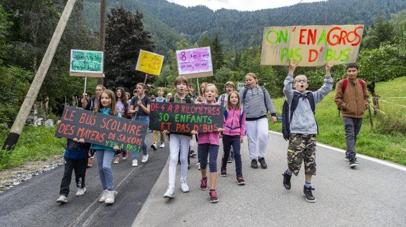 Mayens de Saxon: les familles manifestent pour avoir un bus scolaire