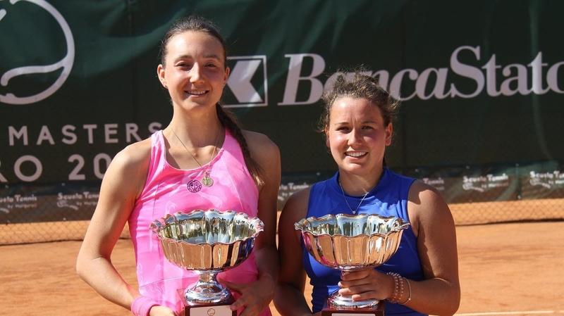 Ylena In-Albon (à droite) a épinglé l'espoir du tennis suisse, Leonie Küng, à son palmarès.