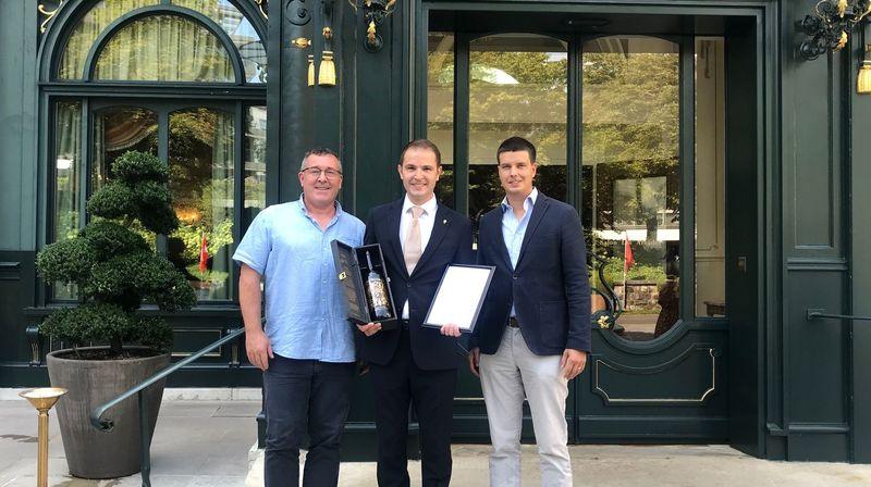 Alexandre Roduit (à dr.), directeur de Fully Tourisme, et Gérard Dorsaz, président de Fully Grand Cri, ont remis la 1000e bouteille du vin de l'amitié à Edmond Gasser, chef sommelier au Beau-Rivage Palace à Lausanne.