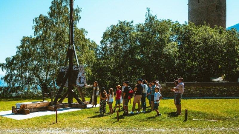 La visite du château et de ses machines de guerre est au programme de la saison estivale.