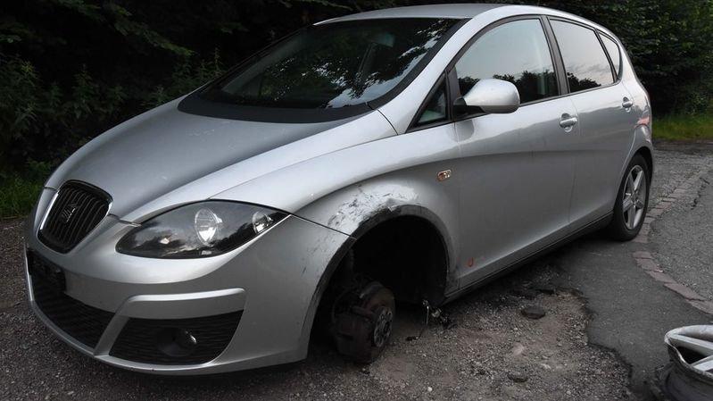 Entre deux tunnels, peu avant Jona, il a heurté une balise escamotable et un pneu du véhicule a éclaté.