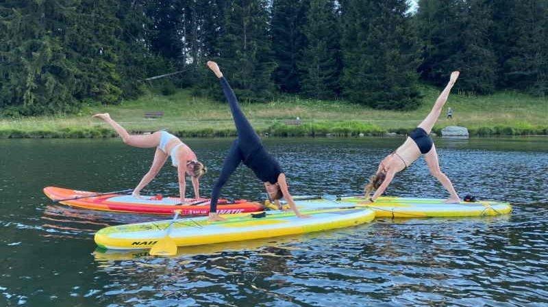 Le yoga sur paddle est en vogue, notamment à Crans-Montana.