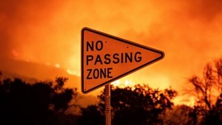 Le feu menace 500 maisons