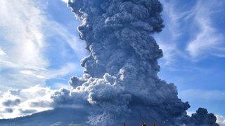 Indonésie: le volcan Sinabung crache un énorme nuage de cendres